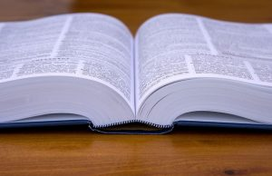 geöffnetes Buch mit Text