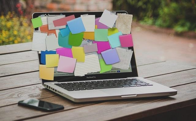 Laptop voller bunter Notizzettel