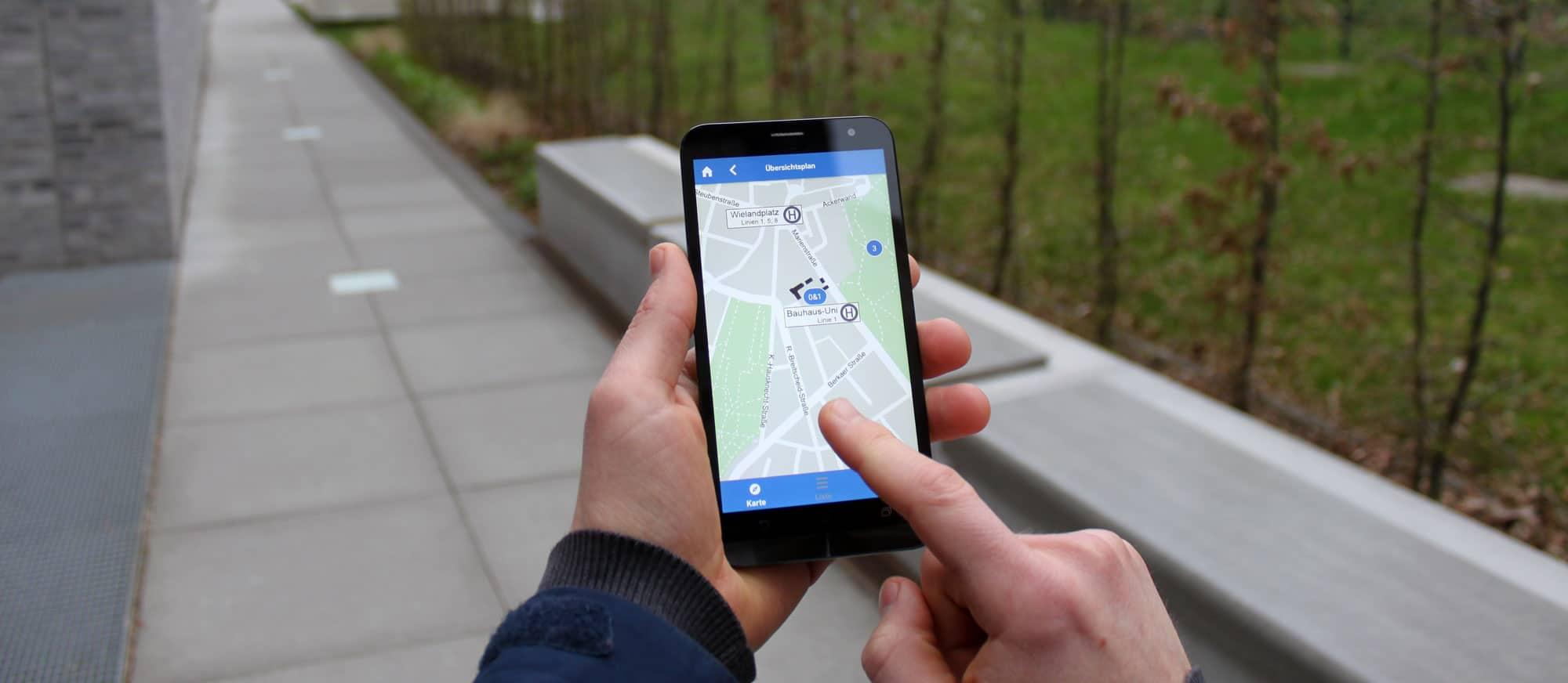 Smartphone mit Audioguide-App Bauhaus Jubiläum Weimar