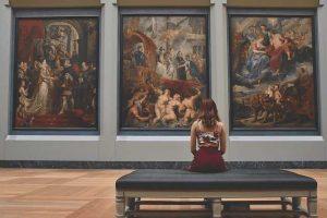 Frau-sitzt-im-Museum-vor-Gemälde