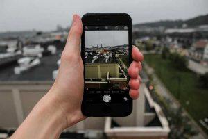 Smartphone-in-Hand-Stadtführung-Augmented-Reality