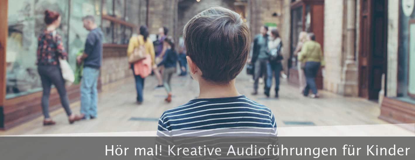 Audioguides für Kinder - Kleiner Junge steht im Museum
