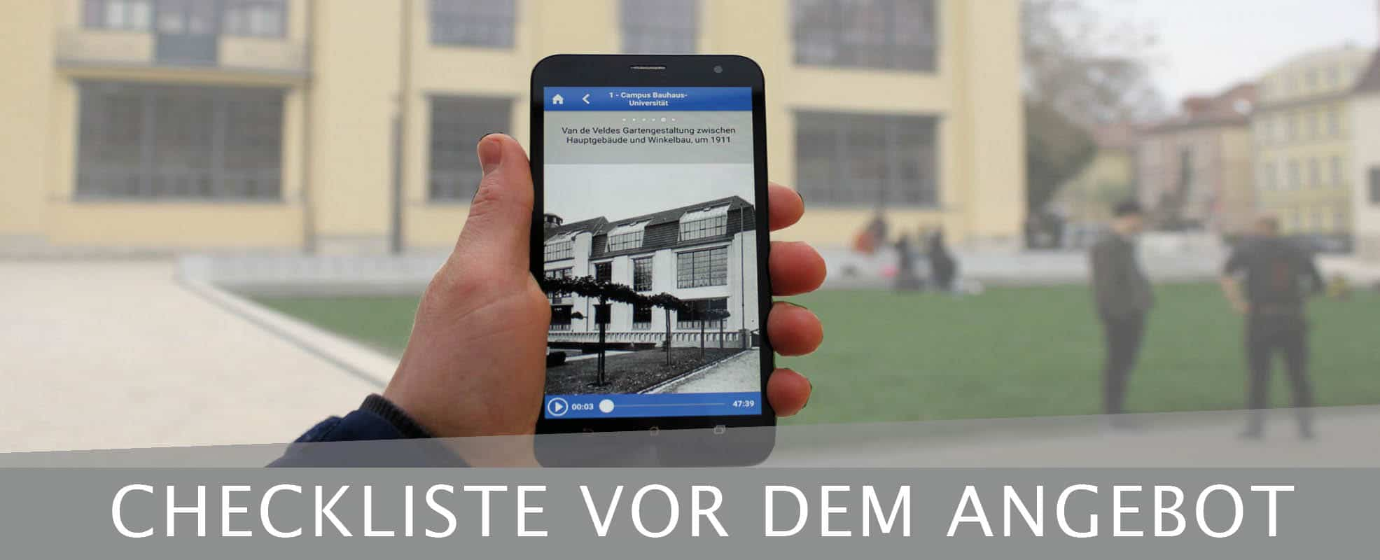Checkliste-Museums-App-auf-Smartphone-in-einer-Hand