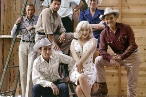 reno-nevada-usa-1960-from-left-frank-taylor-montgomery-clift-eli-wallach-arthur-miller-marylin-monroe-john-huston-and-clark-gable-on-the-set-of-the-misfits-elliott-erwitt